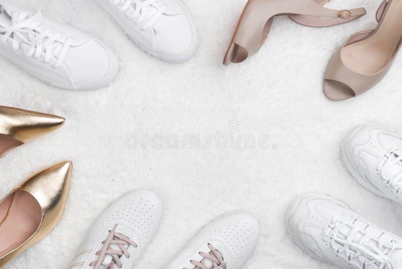 Chaussures de femmes élégantes sur le blanc avec l'espace de copie au centre photos stock