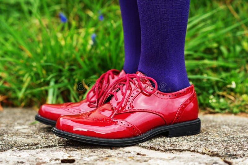 Chaussures de mode sur les pieds de l'enfant image libre de droits