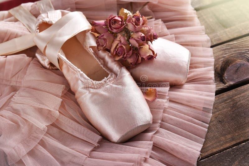 Chaussures de pointe de ballet se trouvant sur la robe de Tulle image libre de droits