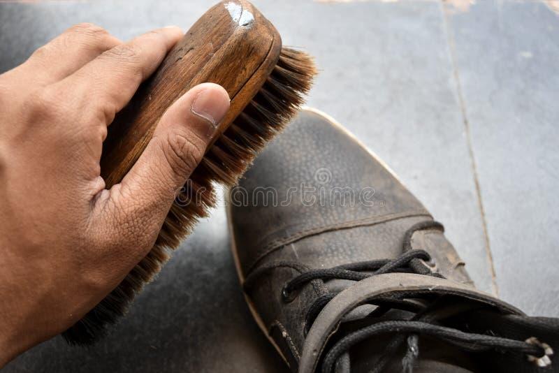 Chaussures de polissage d'homme images libres de droits
