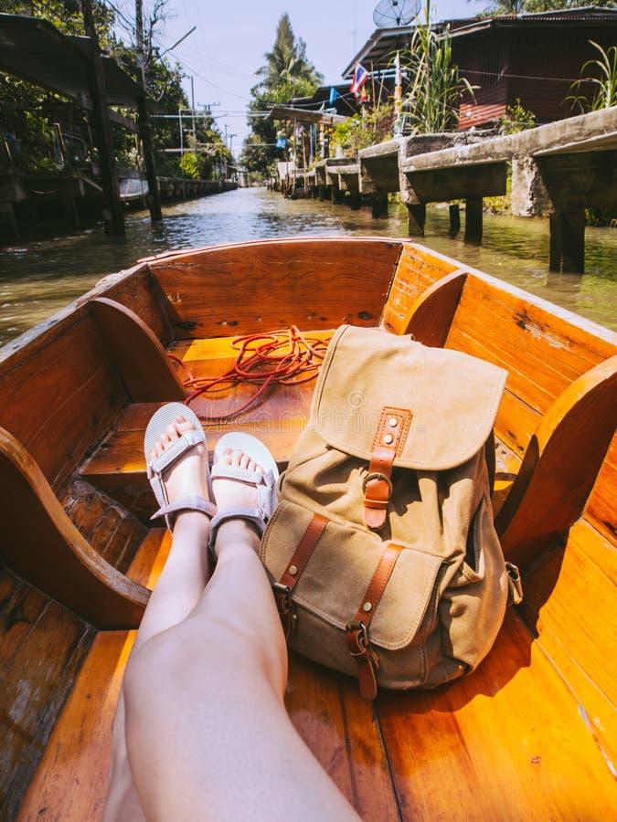 Chaussures de port de sandales de femme élégante de beauté photos libres de droits