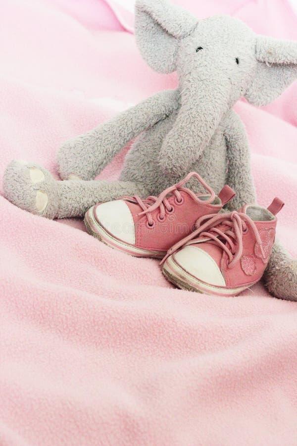 Chaussures de rose de chéri et éléphant de peluche images stock