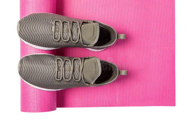 Chaussures de sport et tapis de yoga photographie stock libre de droits