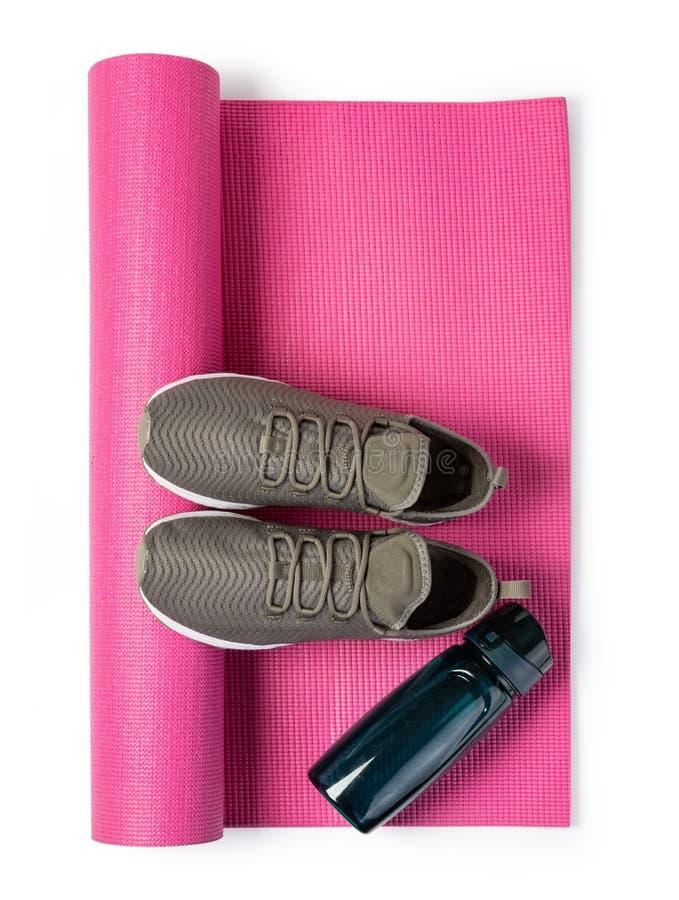 Chaussures de sport et tapis de yoga image libre de droits