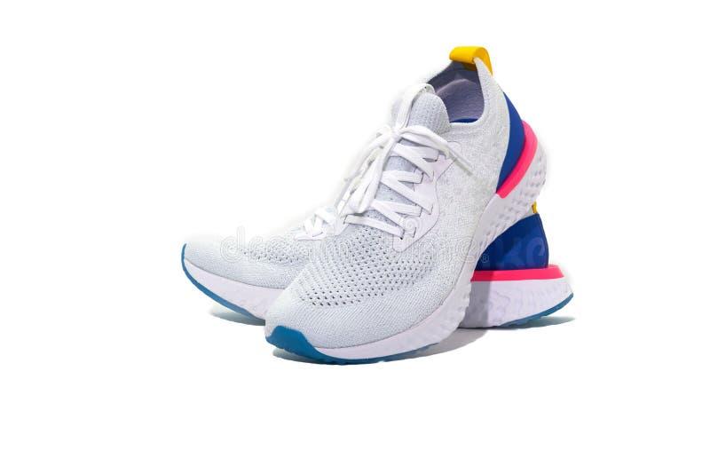 Chaussures de sport sur le fond blanc d'isolement images stock