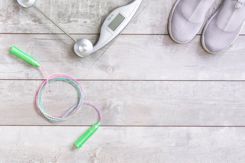 Chaussures de sport de textile avec la balance et la corde à sauter photos stock