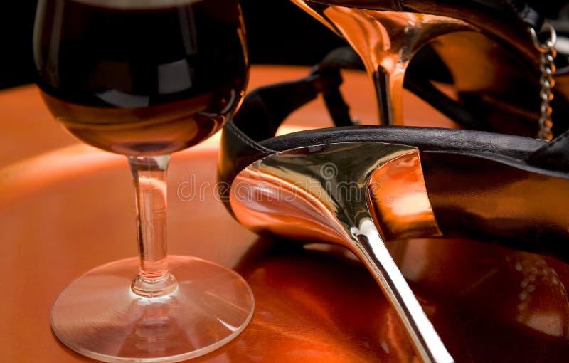 Chaussures de vin rouge et de haut talon sur le plateau image libre de droits