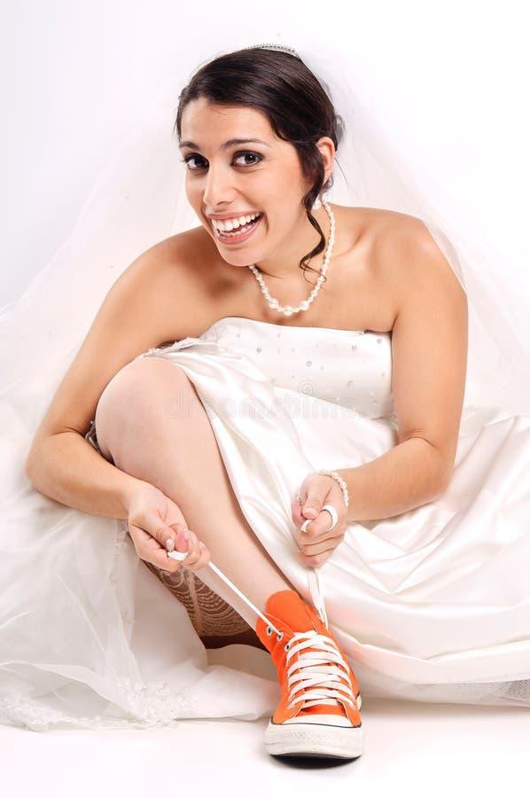 Chaussures drôles de jeune mariée image stock