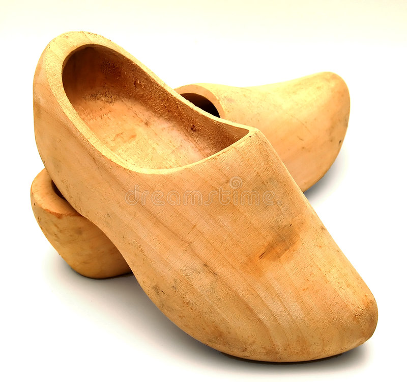 Chaussures en bois d'isolement photos stock