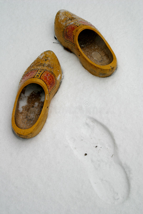 Chaussures en bois hollandaises dans la neige images stock