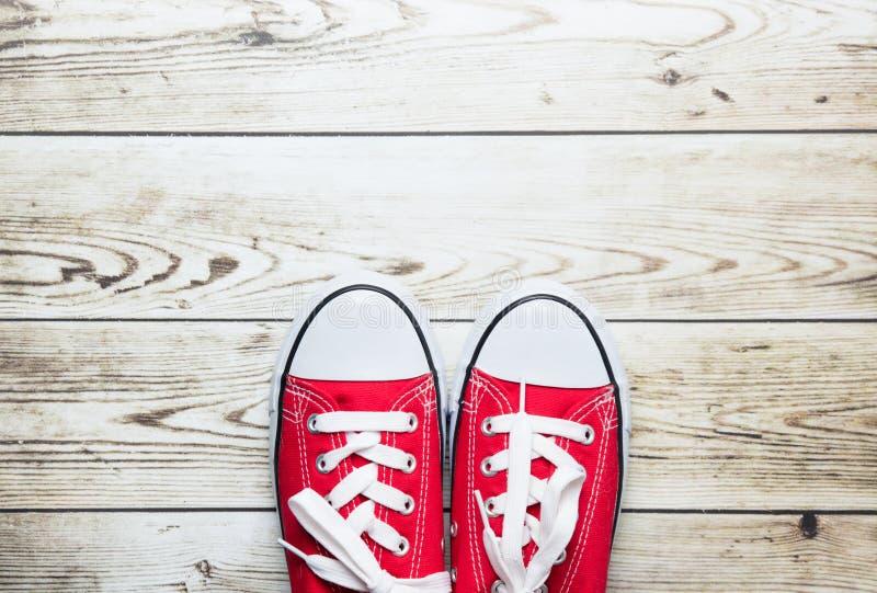 Chaussures en caoutchouc rouges sur le plancher images stock
