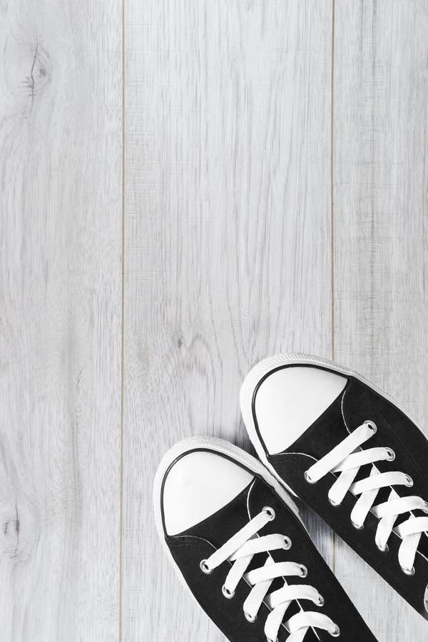 Chaussures en caoutchouc sur le plancher en bois photos libres de droits