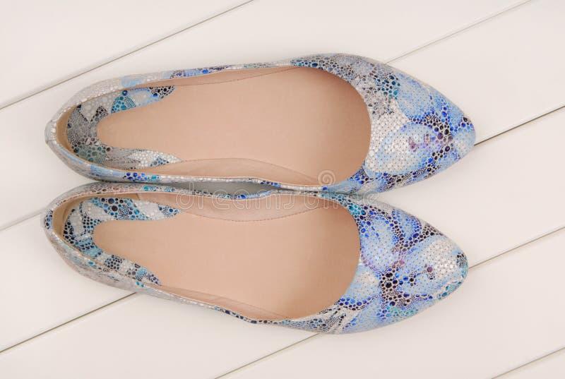 Chaussures en cuir bleues, appartements de ballet photos libres de droits