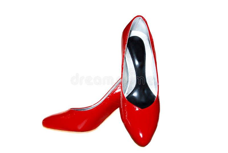 Chaussures en cuir femelles rouges sur un blanc images libres de droits