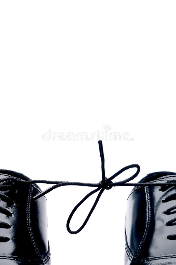Chaussures en cuir noires avec leurs lacets attachés ensemble photos libres de droits