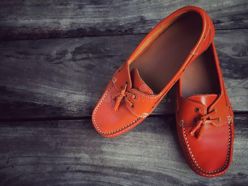 Chaussures en cuir oranges image stock