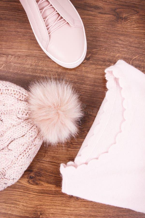 Chaussures en cuir roses, chapeau de laine et chandail pour la femme image stock