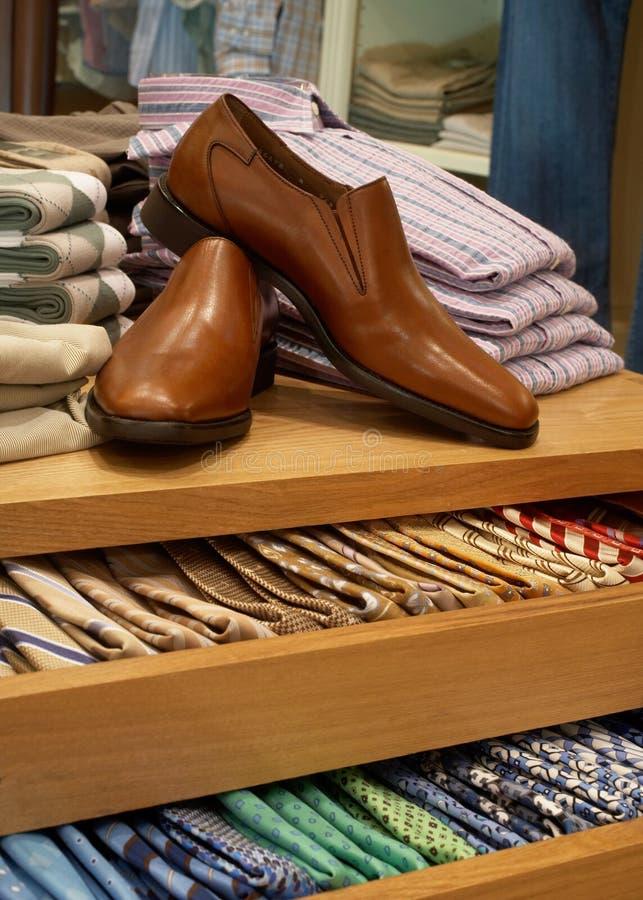 Chaussures et affichage de cravate photographie stock