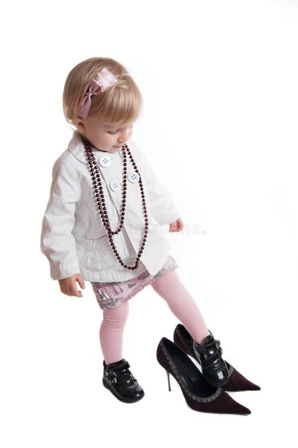 Chaussures et bijou s'usants de mères de petite fille image libre de droits