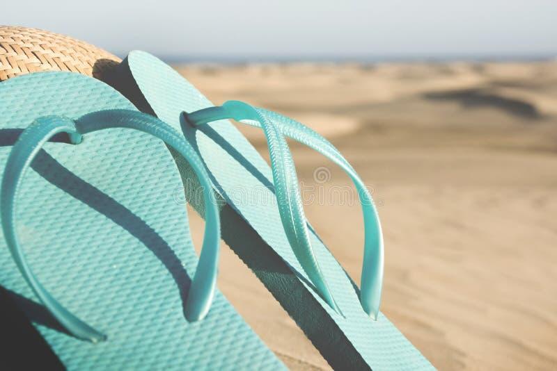 Chaussures et chapeau d'été sur la dune image libre de droits