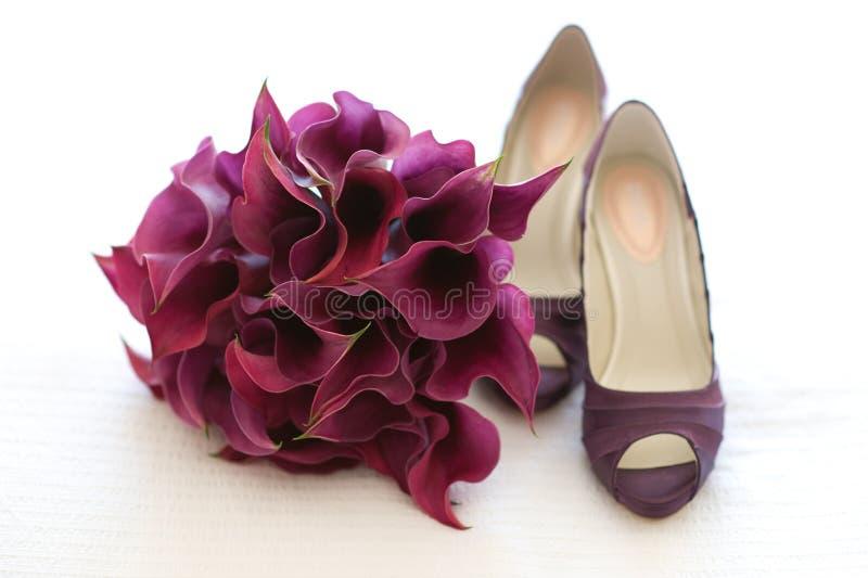Chaussures et fleurs de mariage image stock