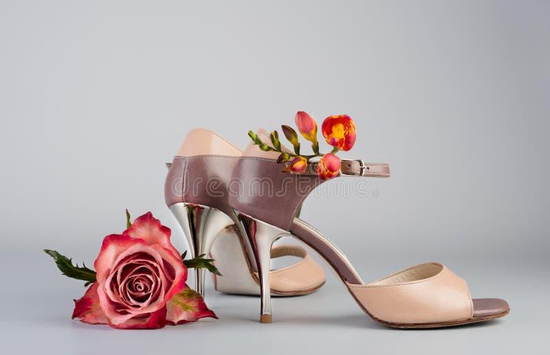 Chaussures et fleurs de tango photos stock