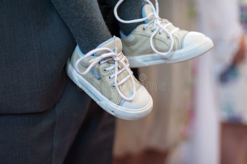 Chaussures et homme d'enfants avec Gray Suit à l'arrière-plan photos stock
