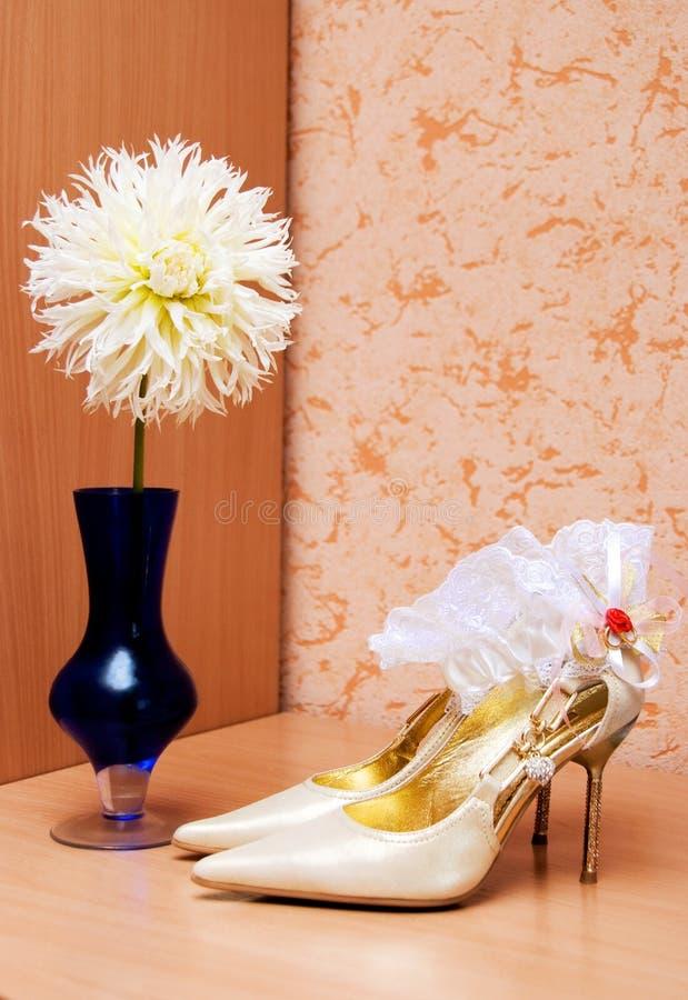 Chaussures et jarretière sur la table photographie stock