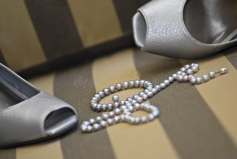 Chaussures et perles formelles photos stock
