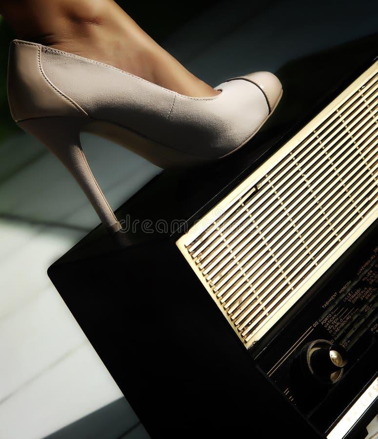 Chaussures et radio image stock