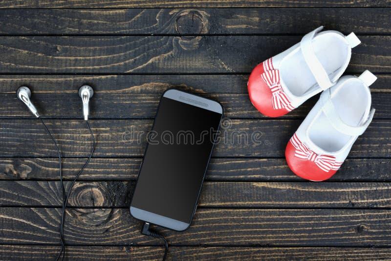 Download Chaussures Et Téléphone D'enfant Sur Le Plancher Image stock - Image du étage, écoutez: 76080691