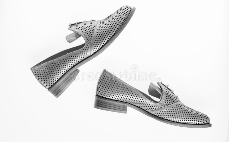 Chaussures fabriquées à partir de le cuir argenté sur le fond blanc, d'isolement Paires de chaussures confortables à la mode d'oi image libre de droits