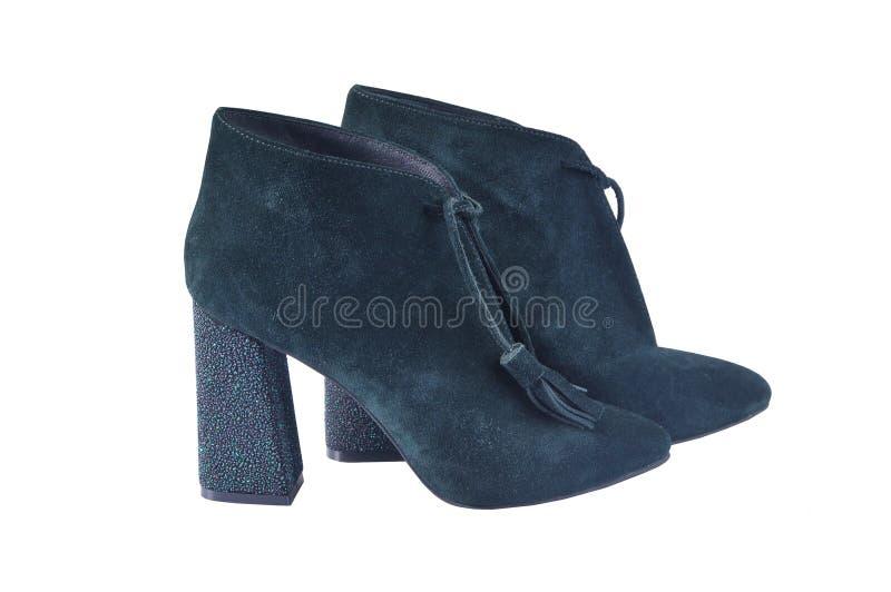 Chaussures femelles d'automne vert-foncé de suède sur à talons hauts épais photographie stock