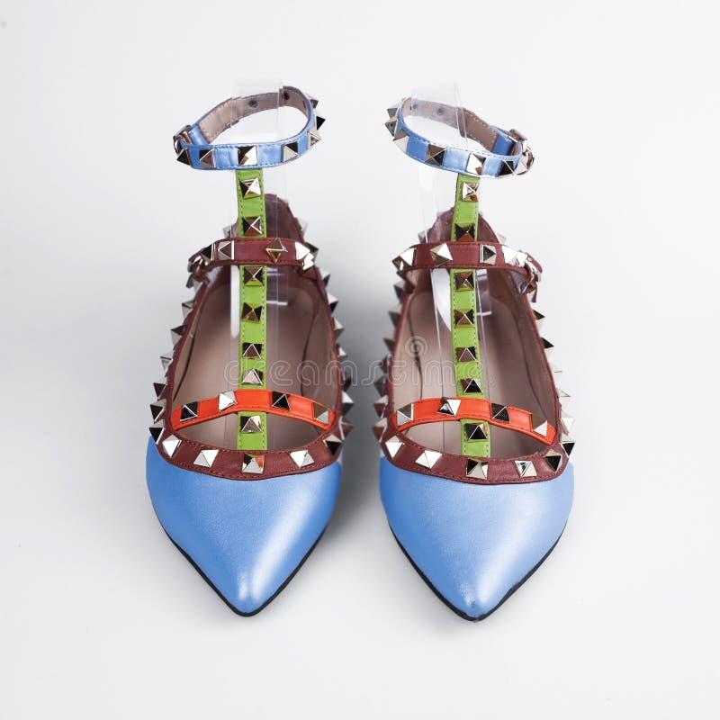 Chaussures femelles sur un fond blanc photo stock
