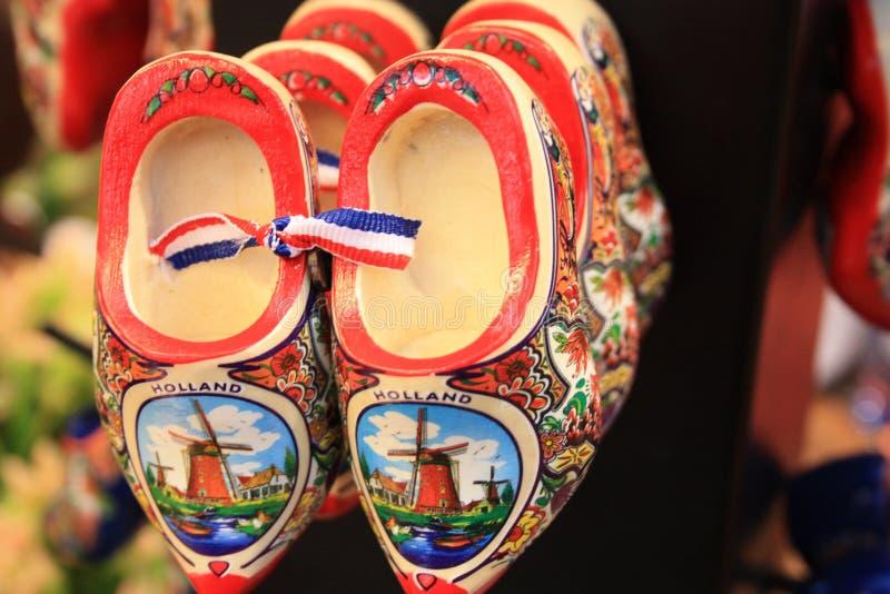 Chaussures néerlandaises typiques entraves rouges traditionnelles d'Amsterdam achetées comme cadeaux de souvenir photos stock