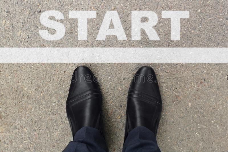 Chaussures noires d'homme d'affaires se tenant à la ligne de début pour commencer ou commencer la nouvelle vie L'homme d'affaires image libre de droits
