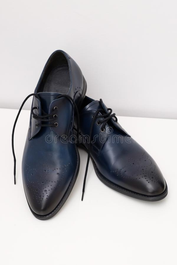Chaussures noires de mari? image libre de droits
