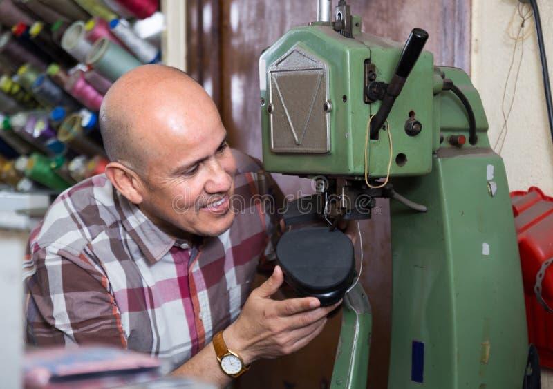 Chaussures piquantes de spécialiste supérieur sur la machine à coudre en cuir images stock