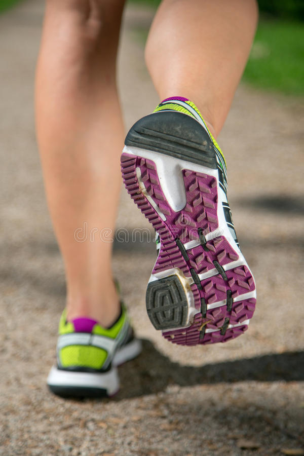 Chaussures pour courir, pulsant, sports, s'exerçant image stock