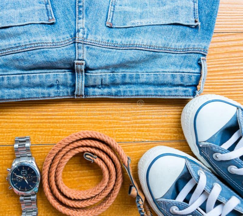 Chaussures réglées de sacs de jeans de mode de vêtements d'accessoires image stock
