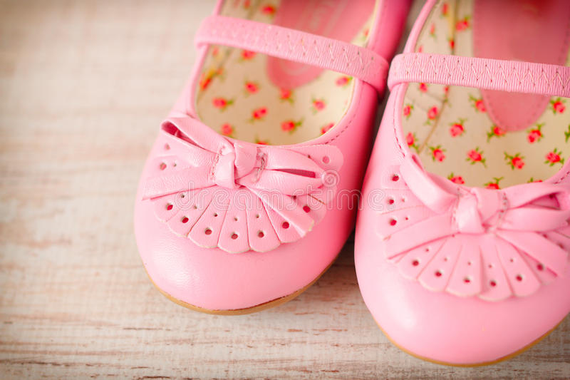 Chaussures roses de fille images stock