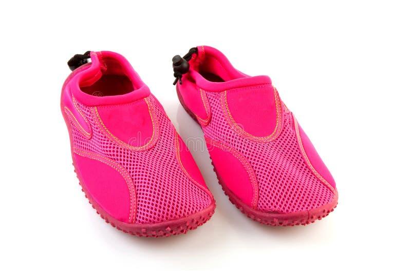 Chaussures roses de l'eau images stock