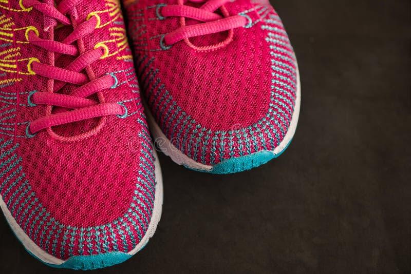 Chaussures roses de sport Espadrilles sur un fond noir Vue supérieure Fin vers le haut image stock