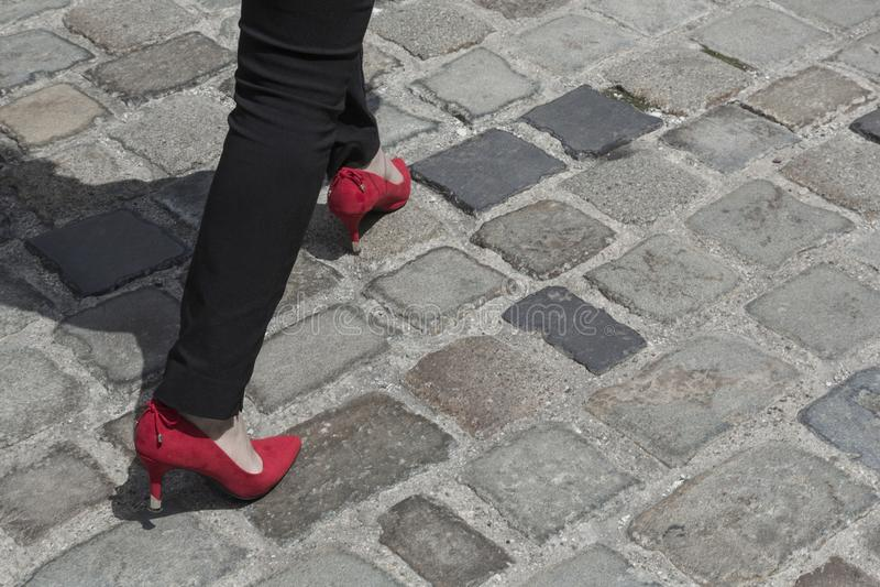 Chaussures rouges avec des talons hauts image libre de droits