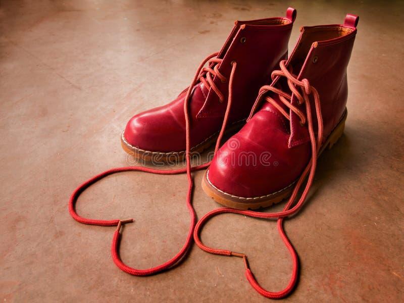 Chaussures rouges avec le coeur. images stock