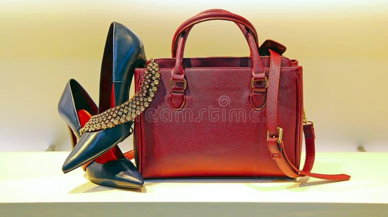 Chaussures, sac à main et bijoux de dames photos stock