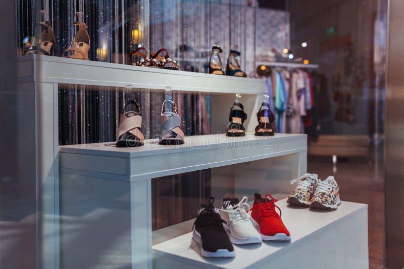 Chaussures sur l'étalage d'un magasin au centre commercial vendredi et concept noirs de ventes Chaussures folâtres et classiques images stock