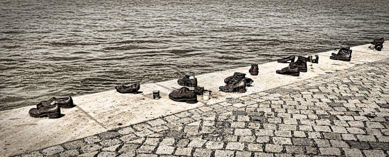 Chaussures sur la banque de Danube image libre de droits