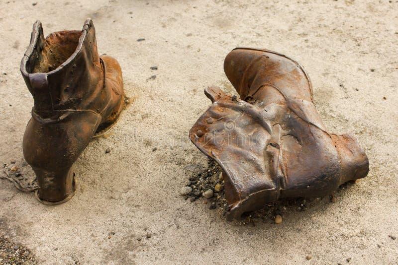 Chaussures sur la banque de Danube - plan rapproché image stock