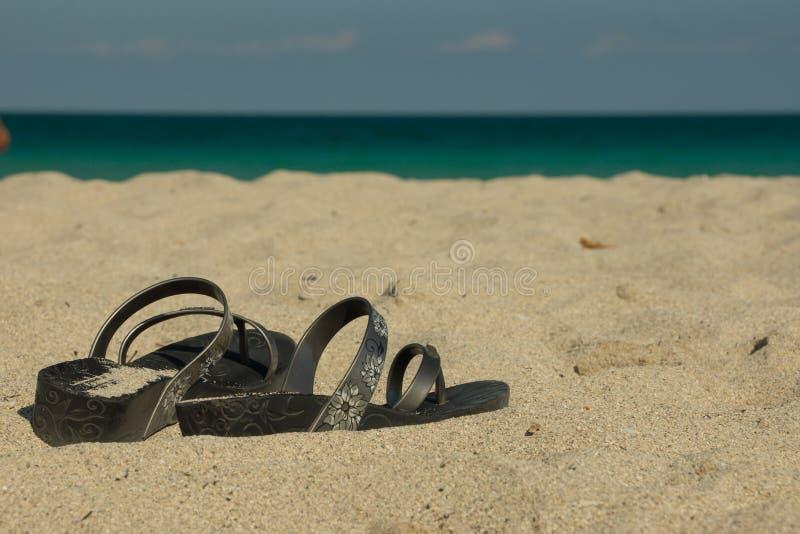 Chaussures sur la plage images libres de droits